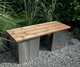Puristische Garten-Bank ohne Lehne aus Edelstahl und Holz, modern