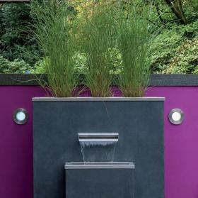 Puristischer Gartenbrunnen, komplett montiert, kann mit Sichschutz-Element aus Fiberglas kombiniert werden