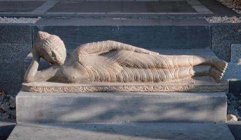 Liegender Buddha, 100 cm, Steinguss, Antikfinish