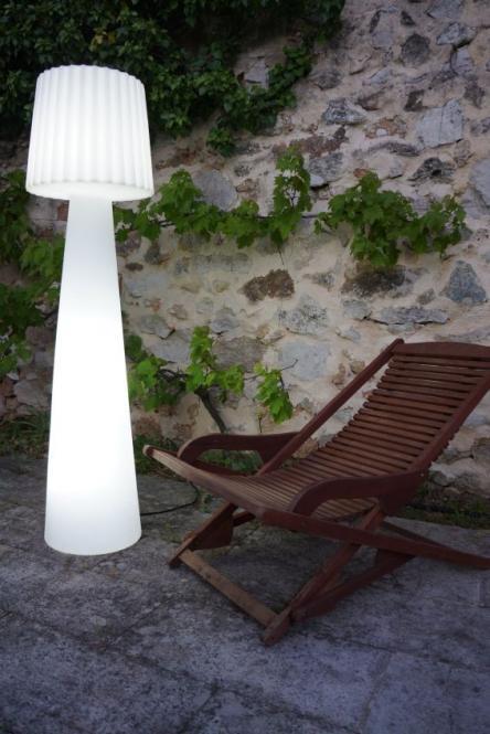 garten im quadrat outdoor stehleuchte lady designer stehlampe f r balkon terrasse garten wei. Black Bedroom Furniture Sets. Home Design Ideas