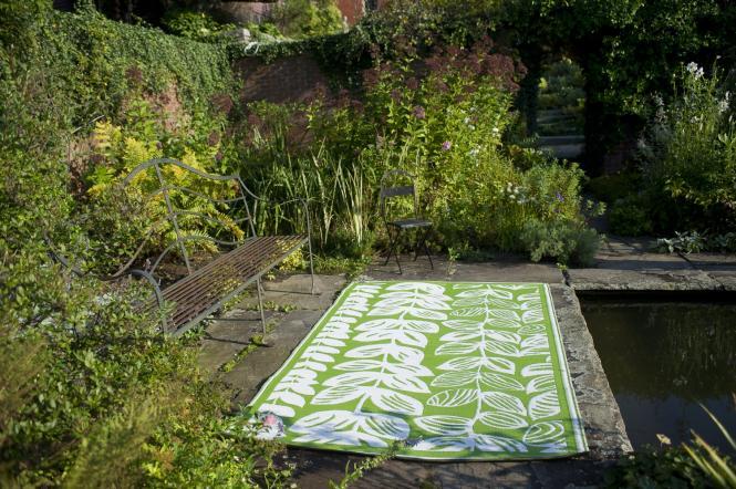 garten im quadrat outdoor teppich male gr n wei bl ten muster. Black Bedroom Furniture Sets. Home Design Ideas