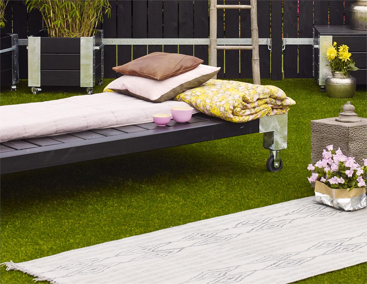 garten im quadrat holz liege cubic modernes gartenbett mobil schwarz. Black Bedroom Furniture Sets. Home Design Ideas