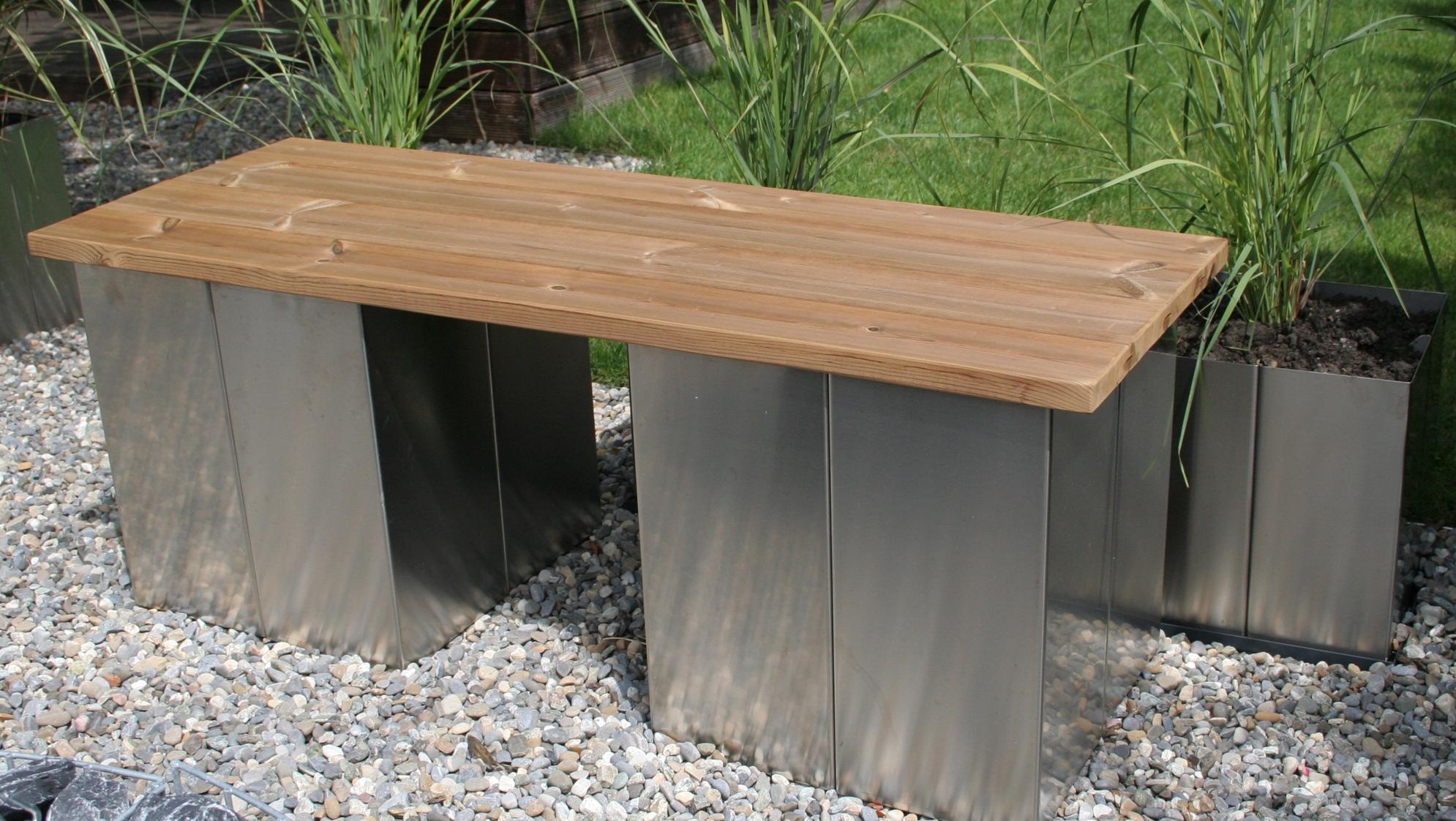 Garten im Quadrat  Puristische Garten-Bank ohne Lehne aus Edelstahl und Holz, modern